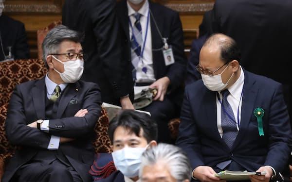接待問題で更迭された谷脇前総務審議官㊨と言葉を交わす武田総務相(8日午前、参院予算委)