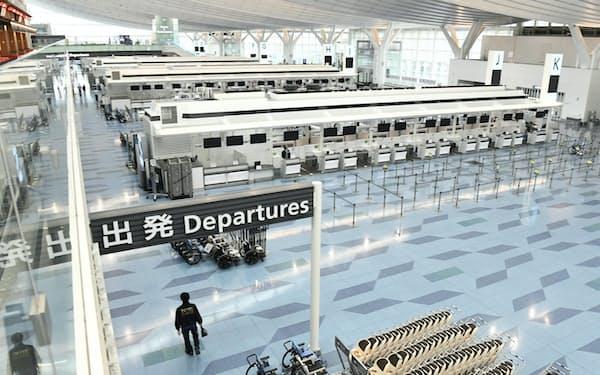 閑散とする羽田空港の国際線出発ロビー(8日)