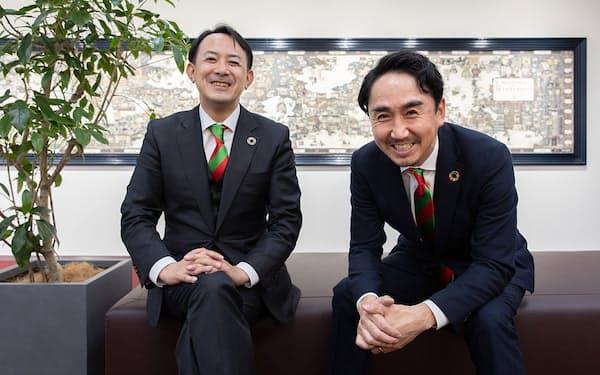 両社のコーポレートカラーのネクタイでそろえる、ヤフーの川辺健太郎社長CEO(左)とLINEの出沢剛社長(写真 的野弘路)