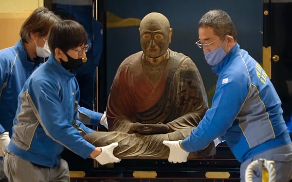 梱包のため作業場へ移される「鑑真和上坐像」(8日、奈良市の唐招提寺)