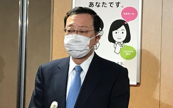 自民党の二階幹事長と会談後、記者団の質問に答える奥田氏(8日、党本部)
