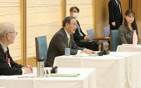 昨年12月に開かれた2050年カーボンニュートラル・全国フォーラムの初会合であいさつする菅首相(首相官邸)