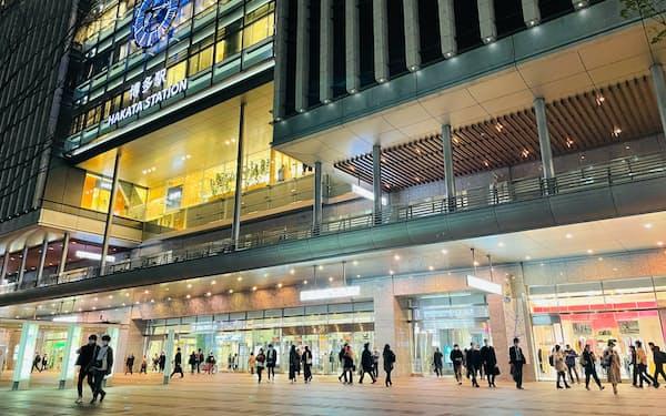 JR博多駅でも夜間の人出が増えている(8日)