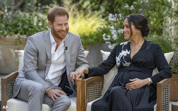 メーガン妃の発言は大きな論議を呼び起こしている(7日放映のインタビューで自身の家族について語るヘンリー王子とメーガン妃)=AP