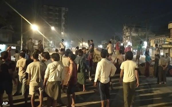 8日夜、ヤンゴンで、治安当局に封鎖解除を求める市民ら=AP