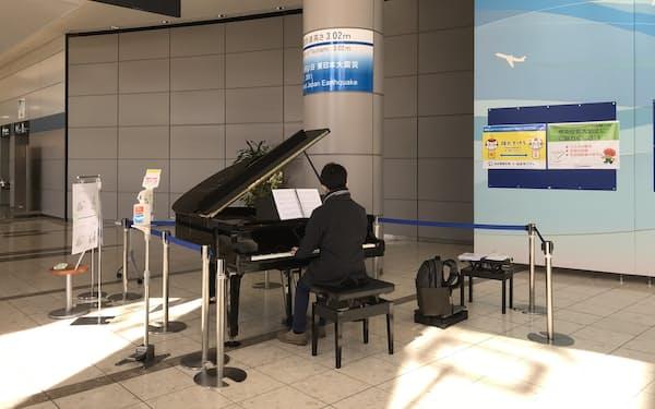 仙台空港に設置された「復興ピアノ」は、津波にのみこまれ傷ついたが修復されたものだ(3日)