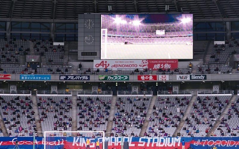 東京スタジアムの観客席は現状、感染対策で間隔を空けて座るスタイル。声援の代わりに拍手で応援する(3月3日のルヴァン・カップFC東京ー徳島)
