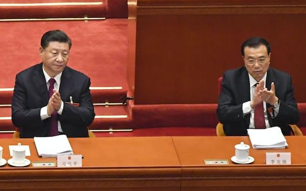中国全人代の開幕式で拍手する習近平国家主席(左)と李克強首相=5日、北京の人民大会堂(共同)