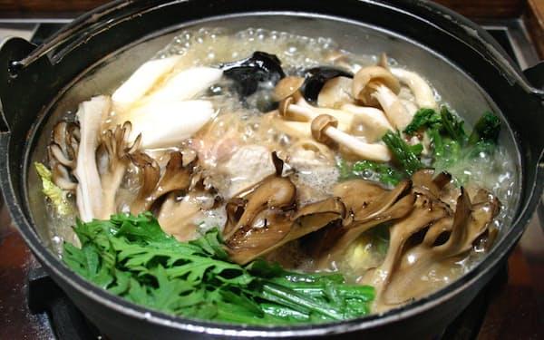 地元で取れた山菜やキノコがふんだんに入った味噌仕立ての山人鍋