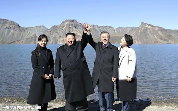 朝鮮民族の「聖地」白頭山に登頂した韓国の文大統領(右から2人目)=平壌写真共同取材団