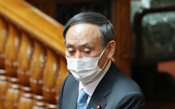 参院本会議で答弁する菅首相(10日午前)