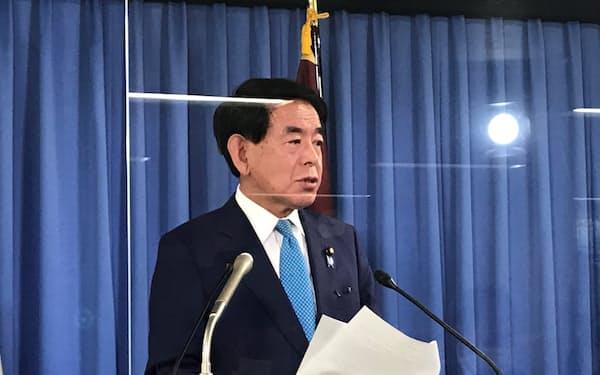 記者会見する自民党の下村政調会長(10日、党本部)