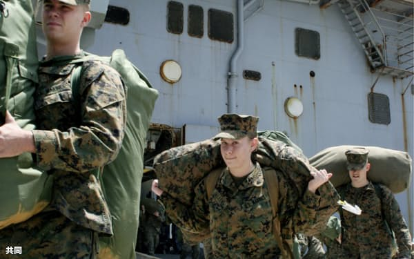 東日本大震災の被災地救援活動「トモダチ作戦」の任務を終え、沖縄に帰還した米海兵隊員(2011年4月、沖縄県うるま市のホワイトビーチ)=共同