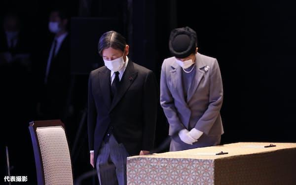 東日本大震災の追悼式で、発生時刻の午後2時46分に黙とうする天皇、皇后両陛下(11日、東京都千代田区)=代表撮影