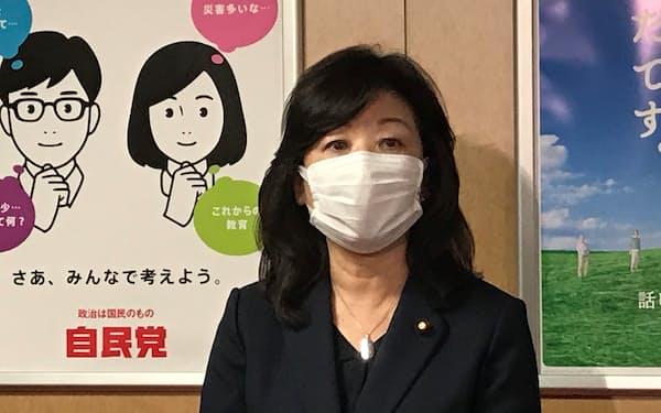 記者団の質問に答える自民党の野田元総務相(11日、党本部)