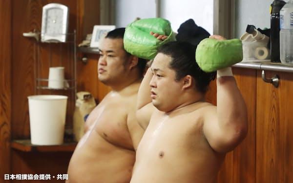 部屋での筋力トレーニングなど、コロナ禍での稽古方法を模索するしかない=日本相撲協会提供・共同