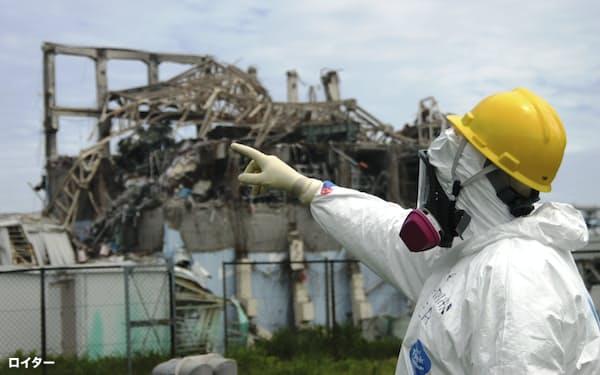 2011年、津波で破壊された福島第1原発を査察する国際原子力機関(IAEA)の担当者=ロイター