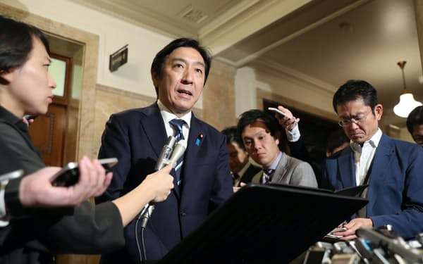 2019年、安倍首相に辞表を提出したことを明らかにする菅原経産相