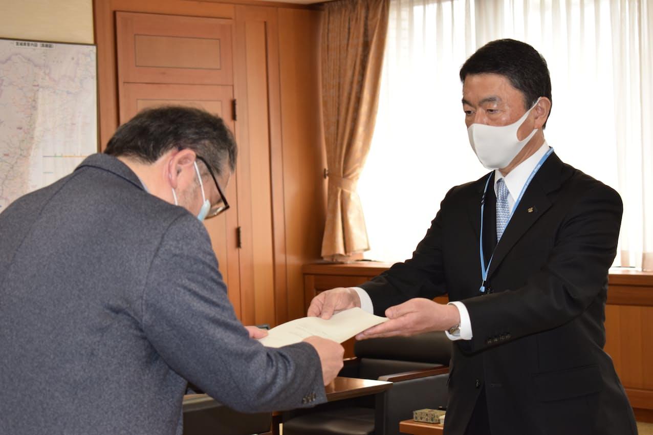 答申を受ける宮城県の村井知事㊨(12日、県庁)