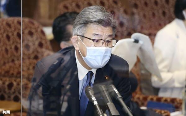 参院予算委で答弁する武田総務相(12日午後)=共同