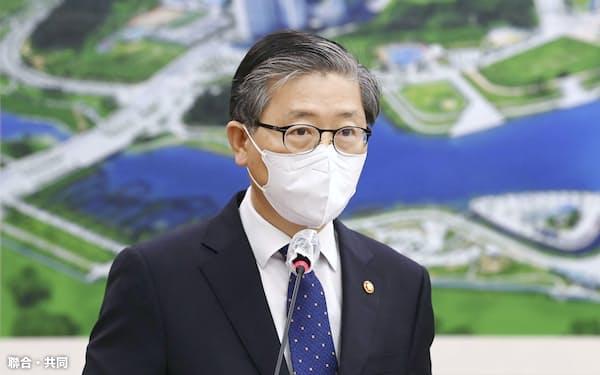 12日、韓国国会の国土交通委員会の会議に出席する卞彰欽国土交通相=聯合・共同
