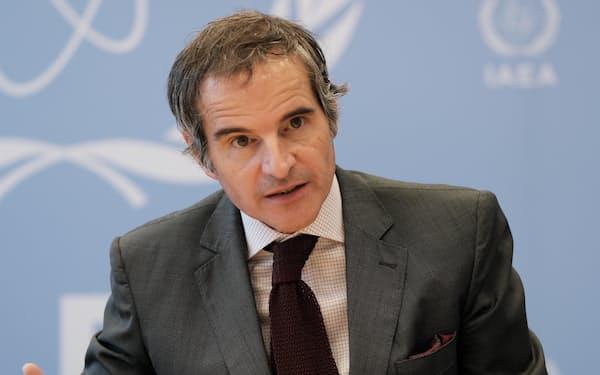 インタビューに応じるグロッシ事務局長(12日、ウィーンのIAEA本部)