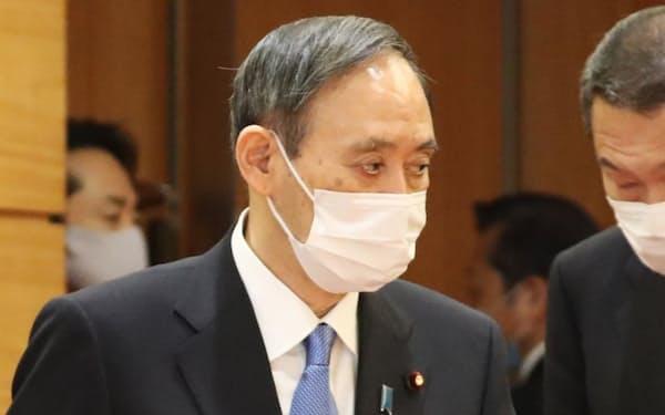 閣議に臨む菅首相(12日午前、首相官邸)