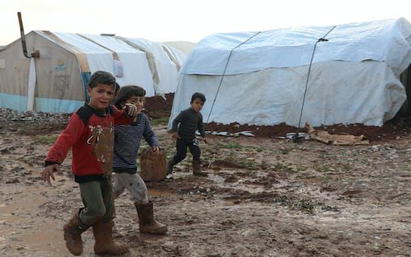 国内避難民が暮らすシリア北部アレッポ付近のキャンプ(1月)=ロイター