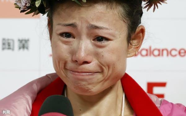 名古屋ウィメンズマラソンで優勝し、涙ながらにインタビューに答える松田瑞生=共同