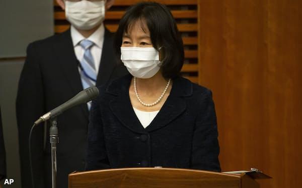 菅首相の記者会見で司会をする小野内閣広報官(5日、首相官邸)=AP