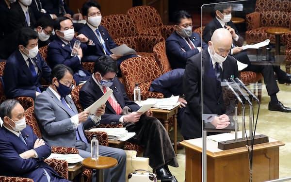 参院予算委で総務省幹部らへの接待問題で陳謝する東北新社の中島信也社長(15日午前)