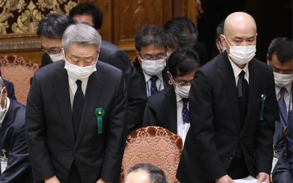 質疑を終え、一礼して参院予算委を退出するNTTの澤田社長㊧と東北新社の中島社長(15日)