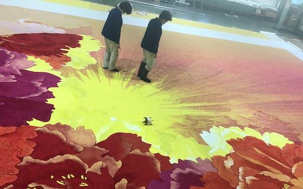 斜めに走る太陽光やシャクヤクの花びらが印象的な中ホール用の緞帳