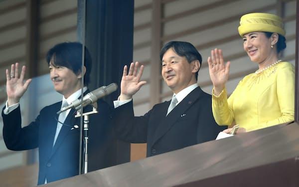 即位を祝う一般参賀で、集まった人たちに手を振る天皇、皇后両陛下と秋篠宮さま(2019年、皇居)