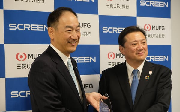SCREENの広江社長(左)は「半導体装置メーカーも一定の取り組みが必要だ。リーダーシップをとっていきたい」と話した(16日、京都市内)