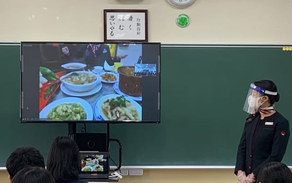 足立第九中学のバーチャル修学旅行の模様。台北のレストランから中継をCAと生徒が見守る