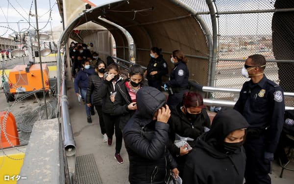 米国からメキシコへ送還される移民(2月25日、メキシコ北部シウダフアレスから撮影)=ロイター