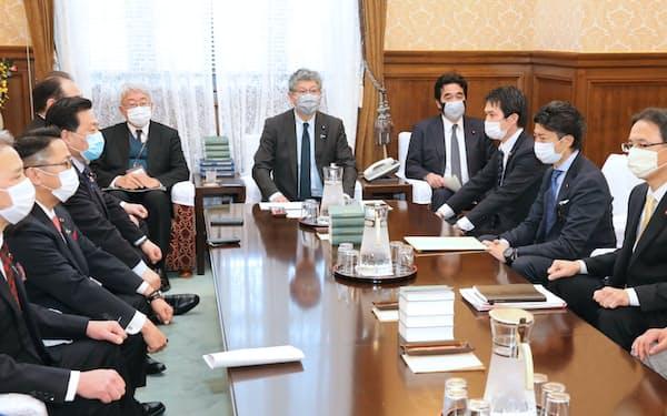 衆院議院運営委員会理事会に臨む与野党の理事ら(21日)