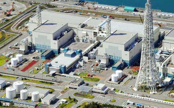 東京電力が再稼働を目指す柏崎刈羽原発7号機(左)と6号機=新潟県、2017年9月