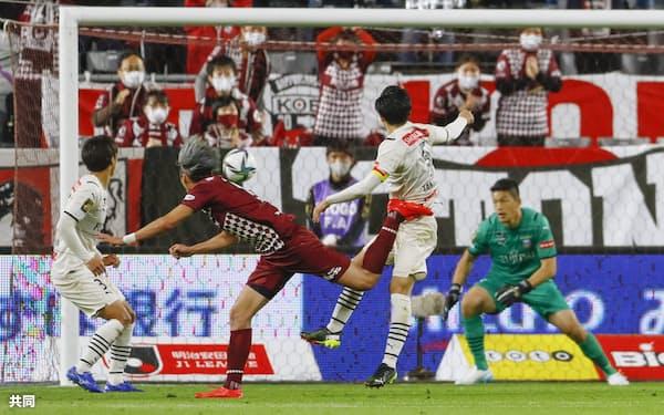試合終了間際、ヘディングで同点ゴールを決める神戸・菊池(左から2人目)=共同