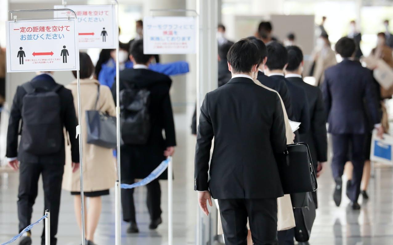 企業の合同説明会を訪れた就活生(千葉市の幕張メッセ)