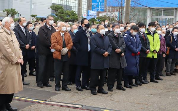 秋田県知事選の候補者の演説を聞く支援者(18日、秋田市)