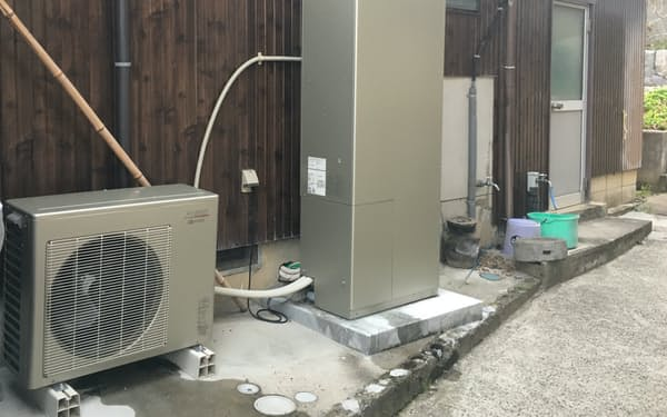 従来のハイブリッド式は給湯器・タンクと室外機で構成され、広いスペースが必要という課題があった