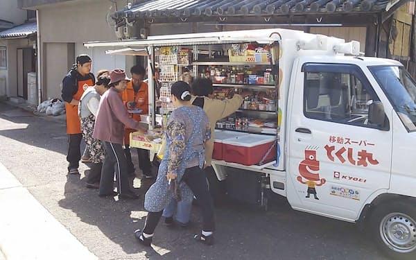 軽トラックに生鮮食品など約1200点を積み込んで地域を巡回する