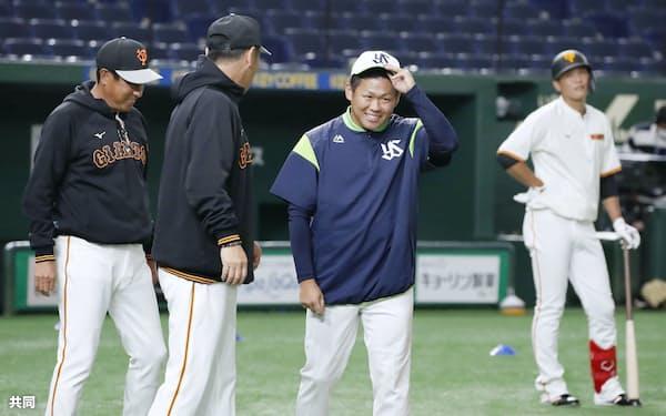 3日の試合前の練習で巨人のコーチにあいさつするヤクルト・田口(左から3人目)=共同