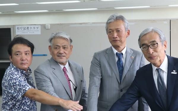 記者会見したJTB沖縄の杉本社長(右端)ら(那覇市)