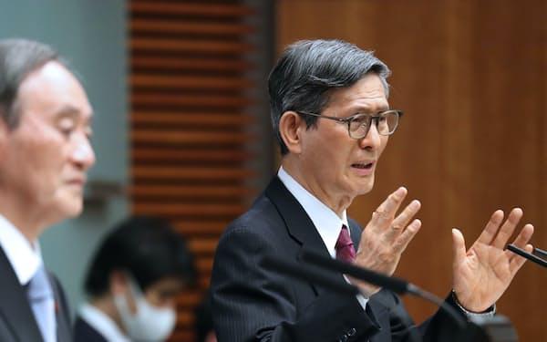感染データの説明では対策分科会の尾身会長が前面に出ている(18日、首相官邸)