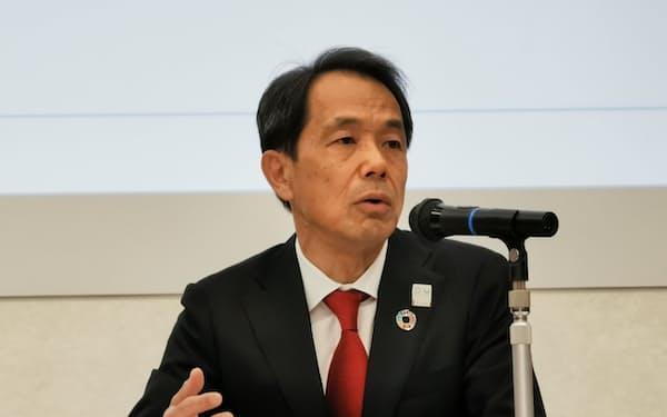 新しい中期経営計画を説明する日本生命の清水社長