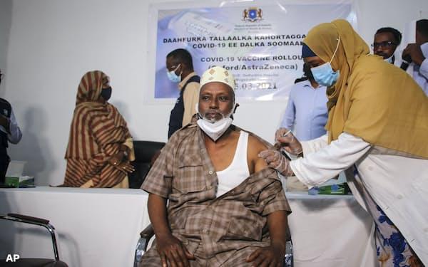 世界中にワクチンを行き渡らせるにはさらなる増産が欠かせない(AP)