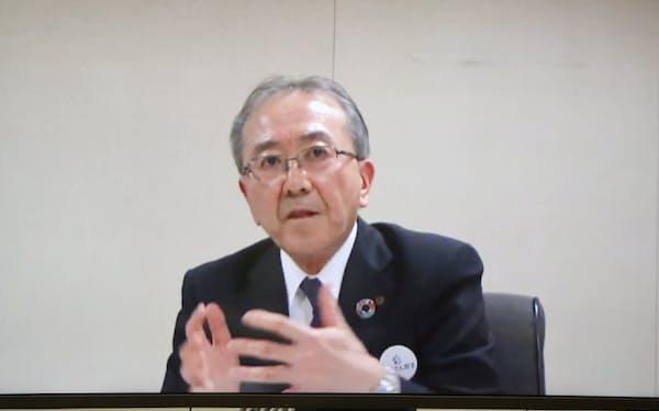 リモート記者会見に臨む藤井社長(19日)